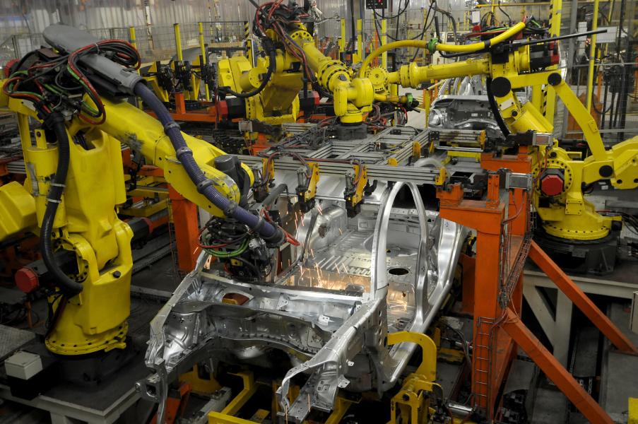 Görüntü hepimizin aşina olduğu karelerden. Fotoğrafta görülen yapıda robotların yerine insanların olduğunu düşünürsek birçok yönden kazanım yerine kayıba neden oluruz. Robotlar endüstriyel hayatı kolaylaştıran en önemli icatlardandır.